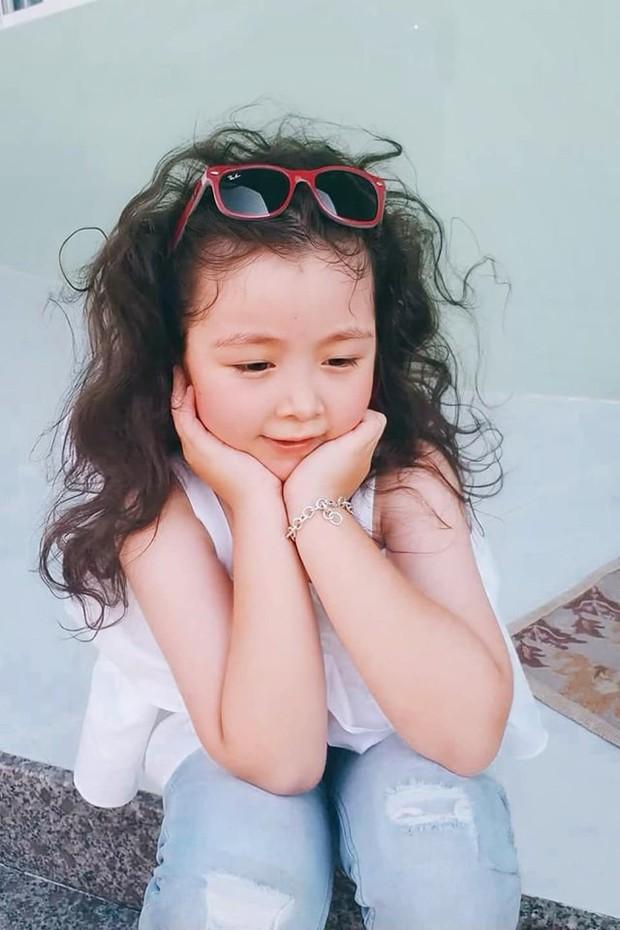 Công chúa nhà Elly Trần tiếp tục gây sốt với vẻ ngoài sành điệu, tạo dáng như mẫu nhí dưới góc máy của mẹ - Ảnh 1.