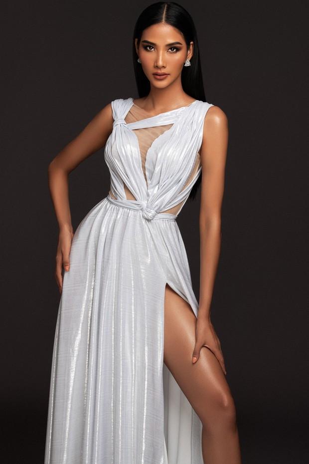 Mãn nhãn với bộ ảnh Hoàng Thùy trên trang chủ Miss Universe, đáng chú ý vẫn là vòng 1 căng đầy dính nghi vấn dao kéo - Ảnh 9.