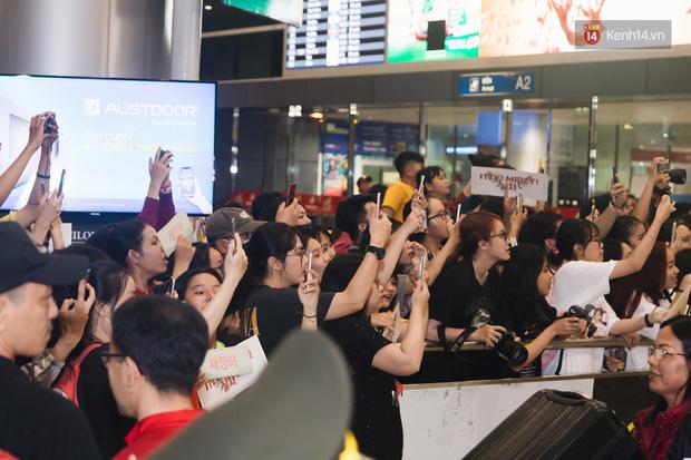 Tân binh ITZY khủng nhà JYP đổ bộ sân bay Tân Sơn Nhất: Dàn mỹ nhân khoe da đẹp mãn nhãn, Yuna diện cả cây đồ hiệu - Ảnh 14.
