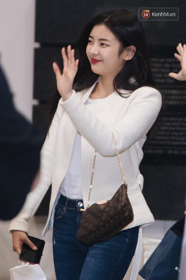 Tân binh ITZY khủng nhà JYP đổ bộ sân bay Tân Sơn Nhất: Dàn mỹ nhân khoe da đẹp mãn nhãn, Yuna diện cả cây đồ hiệu - Ảnh 4.