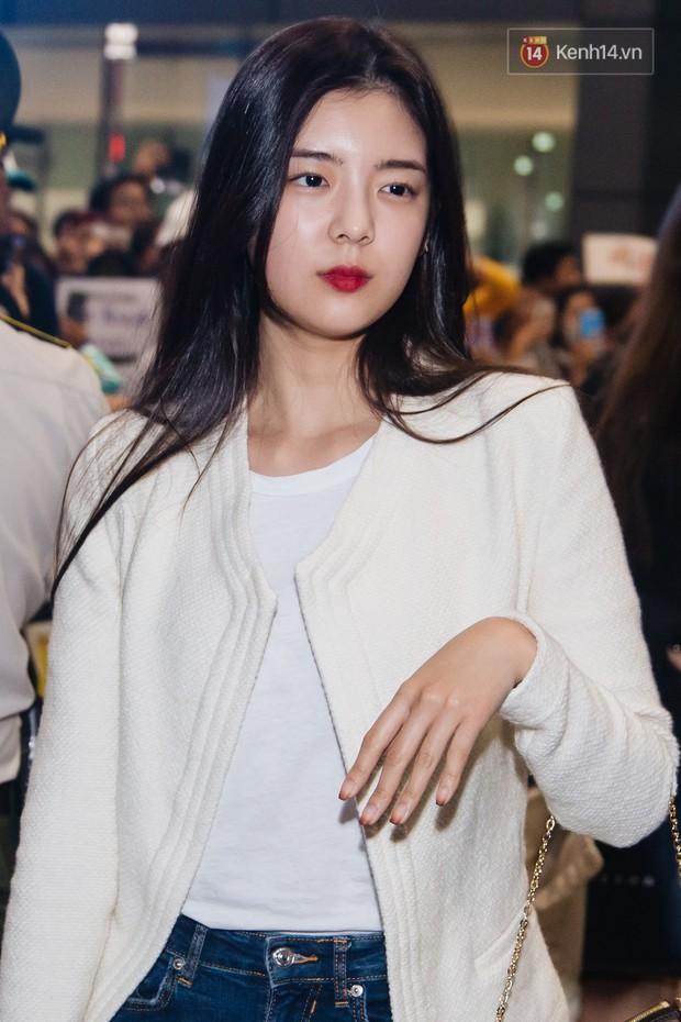 Tân binh ITZY khủng nhà JYP đổ bộ sân bay Tân Sơn Nhất: Dàn mỹ nhân khoe da đẹp mãn nhãn, Yuna diện cả cây đồ hiệu - Ảnh 5.