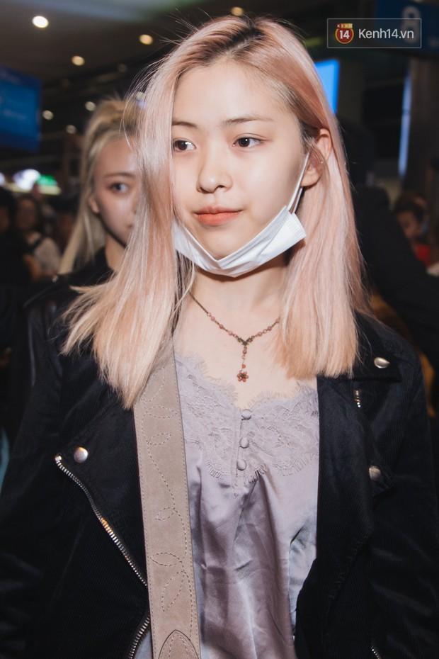 Tân binh ITZY khủng nhà JYP đổ bộ sân bay Tân Sơn Nhất: Dàn mỹ nhân khoe da đẹp mãn nhãn, Yuna diện cả cây đồ hiệu - Ảnh 1.
