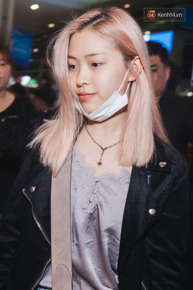 Tân binh ITZY khủng nhà JYP đổ bộ sân bay Tân Sơn Nhất: Dàn mỹ nhân khoe da đẹp mãn nhãn, Yuna diện cả cây đồ hiệu - Ảnh 2.
