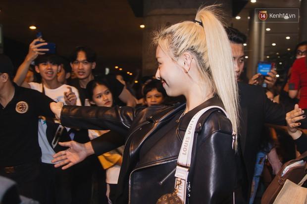 Tân binh ITZY khủng nhà JYP đổ bộ sân bay Tân Sơn Nhất: Dàn mỹ nhân khoe da đẹp mãn nhãn, Yuna diện cả cây đồ hiệu - Ảnh 9.