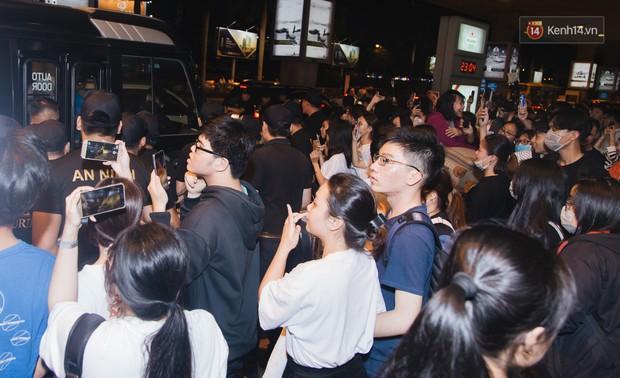Tân binh ITZY khủng nhà JYP đổ bộ sân bay Tân Sơn Nhất: Dàn mỹ nhân khoe da đẹp mãn nhãn, Yuna diện cả cây đồ hiệu - Ảnh 13.