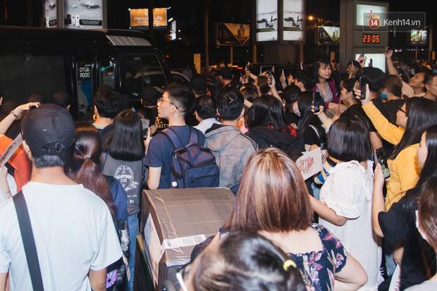 Tân binh ITZY khủng nhà JYP đổ bộ sân bay Tân Sơn Nhất: Dàn mỹ nhân khoe da đẹp mãn nhãn, Yuna diện cả cây đồ hiệu - Ảnh 12.