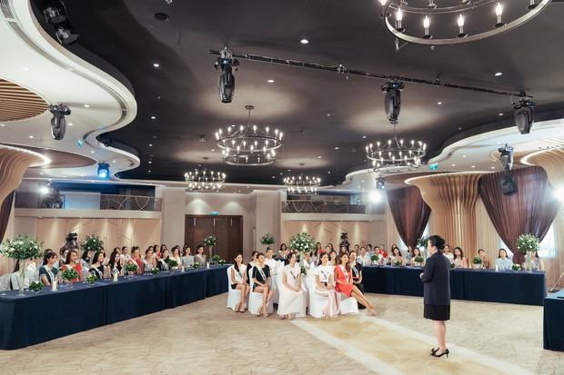 Giám khảo khó tính nhất Hoa hậu Hoàn vũ VN: Rung bàn, khom lưng, cầm nĩa sai... đều bị trừ điểm thanh lịch - Ảnh 2.