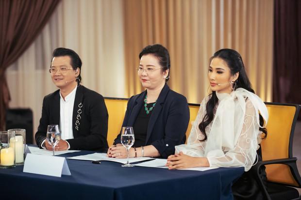 Giám khảo khó tính nhất Hoa hậu Hoàn vũ VN: Rung bàn, khom lưng, cầm nĩa sai... đều bị trừ điểm thanh lịch - Ảnh 4.