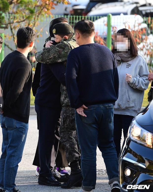 Hình ảnh xúc động nhất hôm nay: G-Dragon bật khóc, ôm chầm lấy bố và vỡ òa trước 1 fan nhí đến đón từ 2 giờ sáng - Ảnh 7.