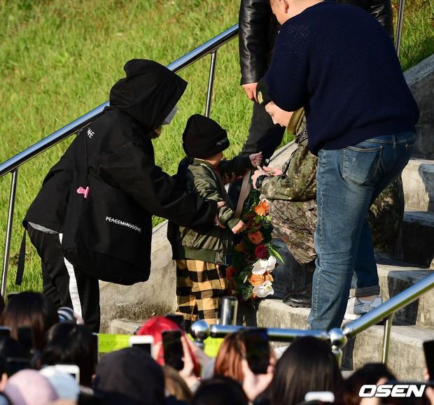 Hình ảnh xúc động nhất hôm nay: G-Dragon bật khóc, ôm chầm lấy bố và vỡ òa trước 1 fan nhí đến đón từ 2 giờ sáng - Ảnh 9.