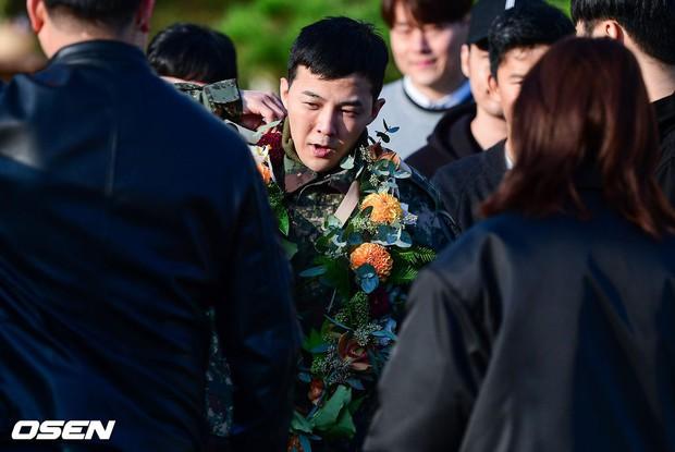 Hình ảnh xúc động nhất hôm nay: G-Dragon bật khóc, ôm chầm lấy bố và vỡ òa trước 1 fan nhí đến đón từ 2 giờ sáng - Ảnh 6.