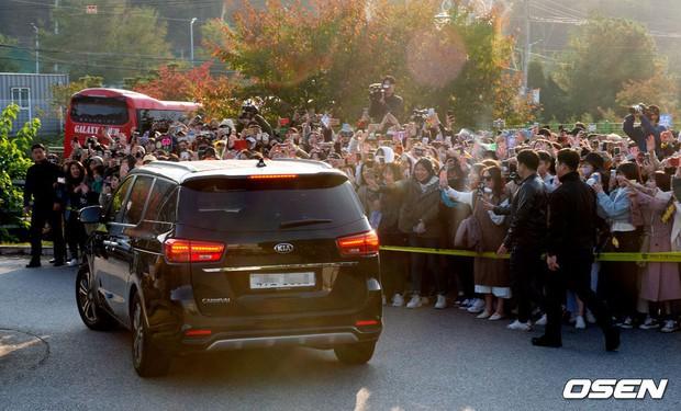 Hình ảnh xúc động nhất hôm nay: G-Dragon bật khóc, ôm chầm lấy bố và vỡ òa trước 1 fan nhí đến đón từ 2 giờ sáng - Ảnh 14.