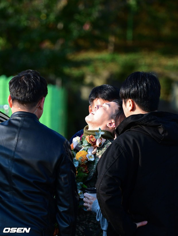 Hình ảnh xúc động nhất hôm nay: G-Dragon bật khóc, ôm chầm lấy bố và vỡ òa trước 1 fan nhí đến đón từ 2 giờ sáng - Ảnh 5.