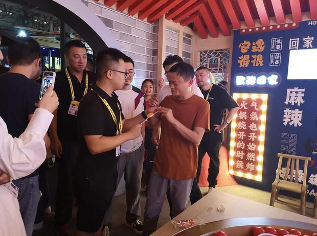 Kẹo mút vị lẩu cay Trùng Khánh, nghe tên đã đủ hết hồn ấy vậy mà ngay cả Jack Ma cũng thích thú khi nếm thử - Ảnh 2.