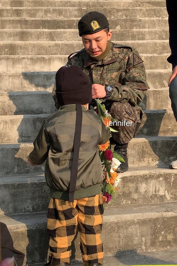 Hình ảnh xúc động nhất hôm nay: G-Dragon bật khóc, ôm chầm lấy bố và vỡ òa trước 1 fan nhí đến đón từ 2 giờ sáng - Ảnh 11.