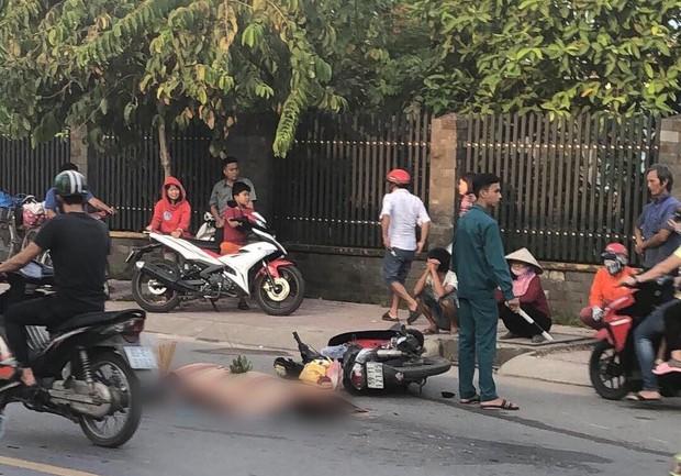 TP.HCM: Mẹ bị xe tải cán tử vong sau va chạm, con trai khóc ngất tại hiện trường - Ảnh 1.