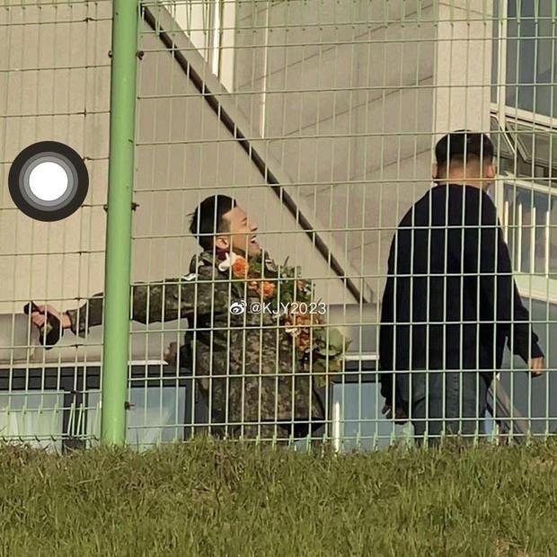 Hình ảnh xúc động nhất hôm nay: G-Dragon bật khóc, ôm chầm lấy bố và vỡ òa trước 1 fan nhí đến đón từ 2 giờ sáng - Ảnh 12.