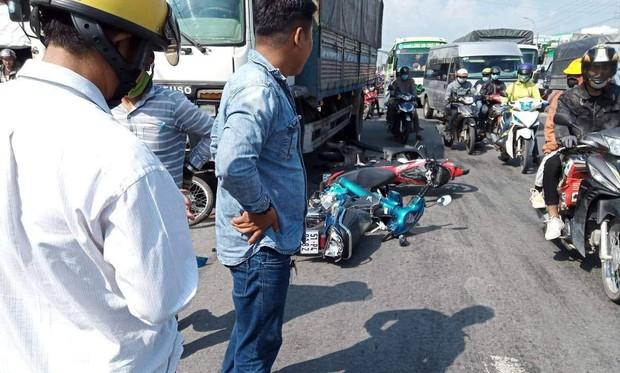 Long An: Xe tải mới mua mất thắng, tông hàng loạt xe máy đang dừng đèn đỏ khiến 11 người bị thương - Ảnh 1.