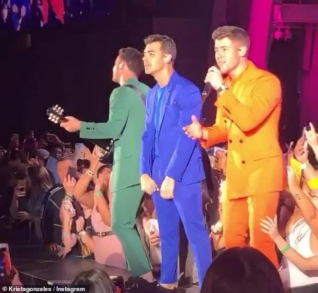 Nick Jonas liên tục bị fan nữ sờ soạng ngay trên sân khấu, tỏ rõ thái độ bất bình nhưng vẫn trình diễn đầy chuyên nghiệp - Ảnh 2.