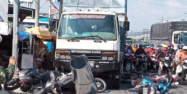 Long An: Xe tải mới mua mất thắng, tông hàng loạt xe máy đang dừng đèn đỏ khiến 11 người bị thương - Ảnh 2.
