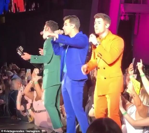 Nick Jonas liên tục bị fan nữ sờ soạng ngay trên sân khấu, tỏ rõ thái độ bất bình nhưng vẫn trình diễn đầy chuyên nghiệp - Ảnh 4.