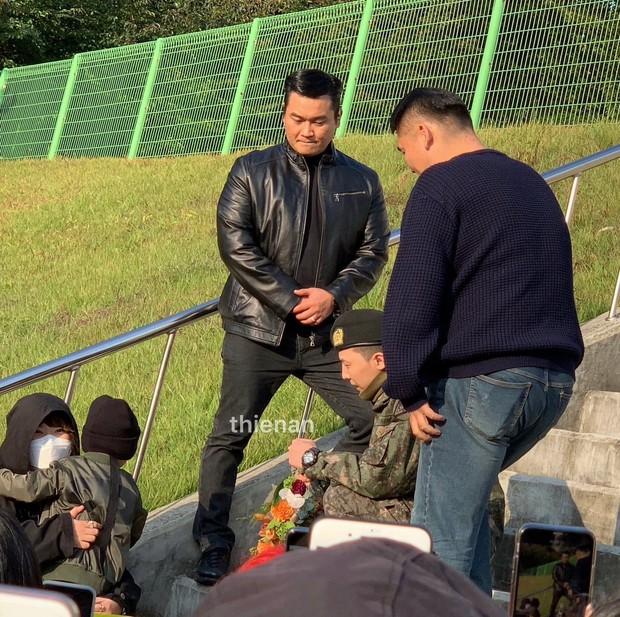 Hình ảnh xúc động nhất hôm nay: G-Dragon bật khóc, ôm chầm lấy bố và vỡ òa trước 1 fan nhí đến đón từ 2 giờ sáng - Ảnh 10.