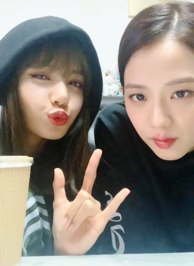 Jisoo (BLACKPINK) tiết lộ Lisa đang ém hàng bản dance cover một ca khúc của Chungha, fan phấn khích đòi cô nàng sớm tung clip - Ảnh 3.