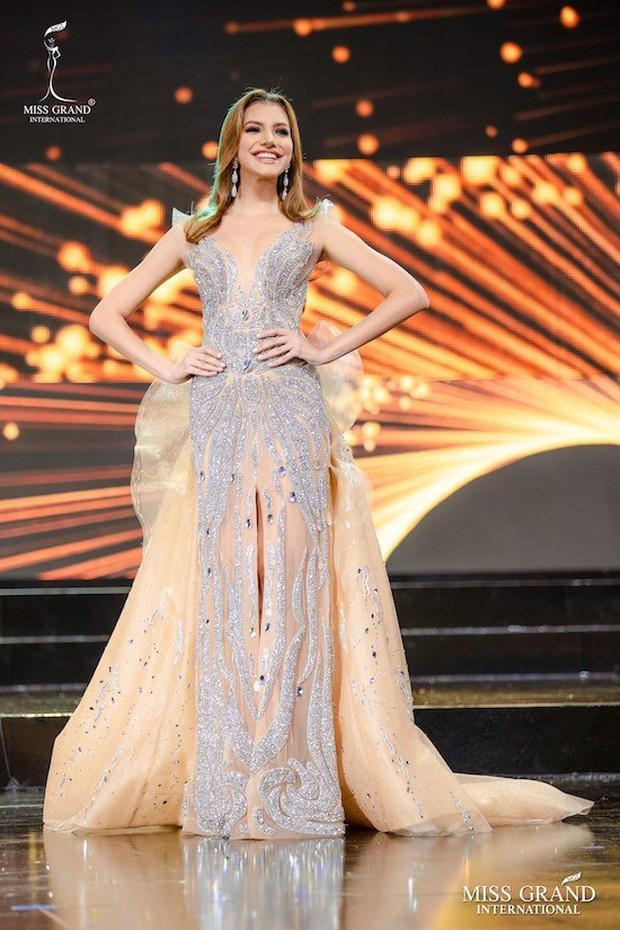 Soi cận nhan sắc và thần thái hút hồn của mỹ nhân Venezuela 10x vừa đăng quang Hoa hậu Hoà bình - Ảnh 4.