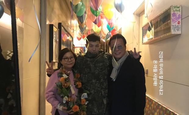 Bức ảnh gia đình 5 người nhà G-Dragon gây sốt: Ông hoàng Kpop sáng nhất khung hình nhưng nhan sắc chị gái và chồng tài tử cũng không hề kém cạnh - Ảnh 1.