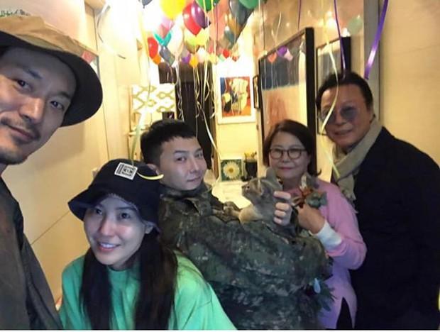 Bức ảnh gia đình 5 người nhà G-Dragon gây sốt: Ông hoàng Kpop sáng nhất khung hình nhưng nhan sắc chị gái và chồng tài tử cũng không hề kém cạnh - Ảnh 2.