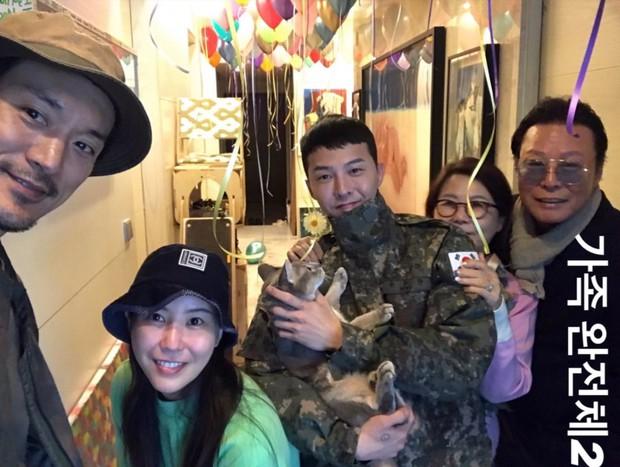 Bức ảnh gia đình 5 người nhà G-Dragon gây sốt: Ông hoàng Kpop sáng nhất khung hình nhưng nhan sắc chị gái và chồng tài tử cũng không hề kém cạnh - Ảnh 3.