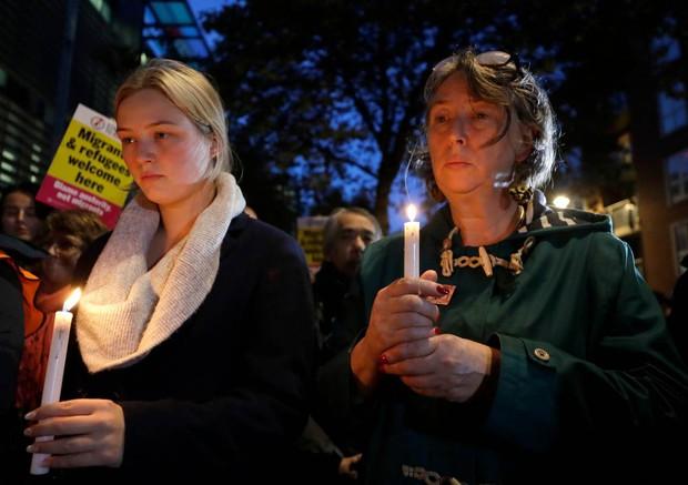 Thảm kịch 39 người chết trong container: Người dân Anh tổ chức thắp nến cầu nguyện cho các nạn nhân - Ảnh 2.