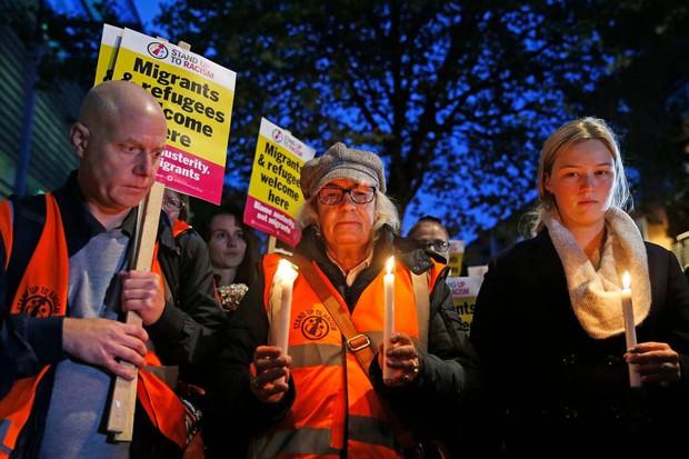 Thảm kịch 39 người chết trong container: Người dân Anh tổ chức thắp nến cầu nguyện cho các nạn nhân - Ảnh 1.