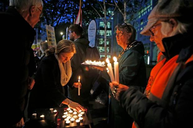 Thảm kịch 39 người chết trong container: Người dân Anh tổ chức thắp nến cầu nguyện cho các nạn nhân - Ảnh 3.