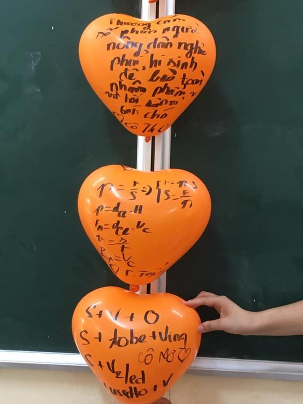 Cô giáo bảo trang trí Halloween thật kinh dị, đám học sinh chỉ viết mấy câu lên bóng bay mà ai nhìn cũng vào cũng khiếp sợ - Ảnh 1.
