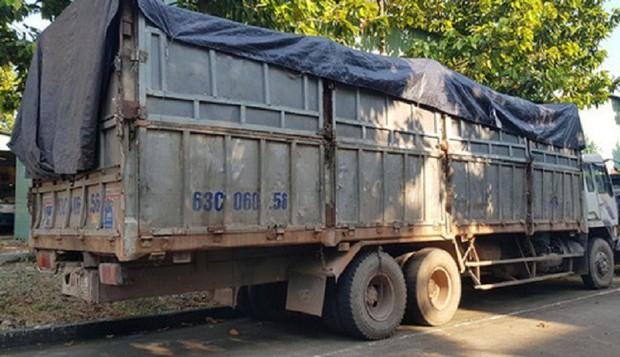 Trốn công an khi đổ thải trộm ở Bình Phước, tài xế bị rắn độc cắn - Ảnh 1.