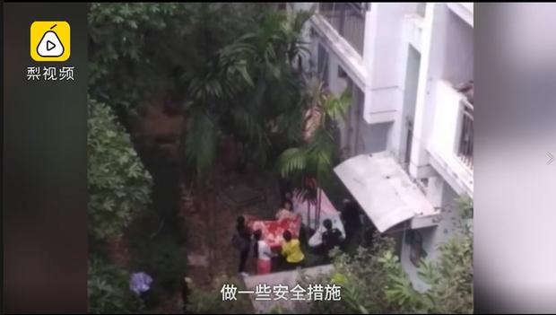 Bố mẹ vắng nhà, bé gái 3 tuổi trèo qua ban công tầng 10, treo lơ lửng giữa khoảng không tạo nên cảnh tượng thót tim - Ảnh 3.