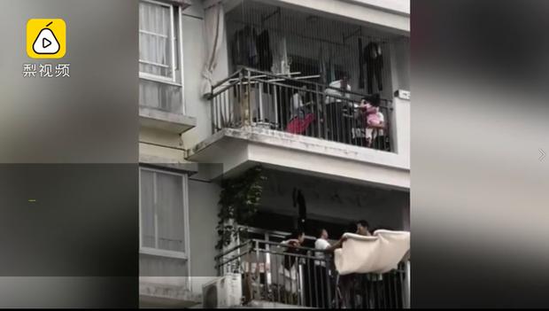 Bố mẹ vắng nhà, bé gái 3 tuổi trèo qua ban công tầng 10, treo lơ lửng giữa khoảng không tạo nên cảnh tượng thót tim - Ảnh 4.
