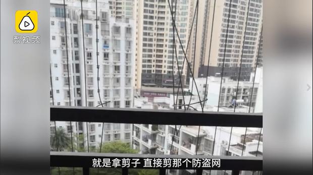 Bố mẹ vắng nhà, bé gái 3 tuổi trèo qua ban công tầng 10, treo lơ lửng giữa khoảng không tạo nên cảnh tượng thót tim - Ảnh 5.