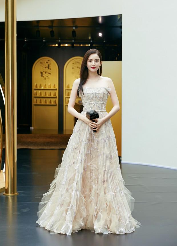 Lộng lẫy như tiên giáng trần ở sự kiện, Cổ Lực Na Trát gây sốt Weibo: Đúng là phụ nữ đẹp nhất khi chẳng thuộc về ai! - Ảnh 1.
