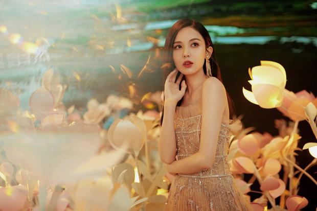 Lộng lẫy như tiên giáng trần ở sự kiện, Cổ Lực Na Trát gây sốt Weibo: Đúng là phụ nữ đẹp nhất khi chẳng thuộc về ai! - Ảnh 10.