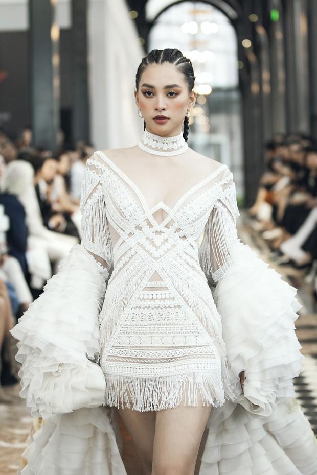 Tiểu Vy và Lương Thùy Linh song kiếm hợp bích, cùng catwalk khuấy đảo show của NTK Lê Thanh Hòa - Ảnh 4.