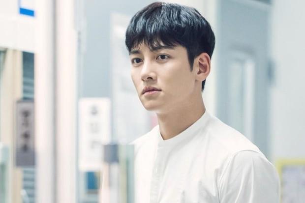 Ji Chang Wook chuẩn bạn trai quốc dân ở Nhẹ Nhàng Tan Chảy: Bồ cũ thì xao xuyến, gái trẻ muốn nhào đến hôn - Ảnh 2.