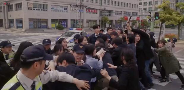 Vagabond tập 12: Lee Seung Gi đi bão theo kiểu chạy vào nhà xác, xúc động với tường người chắn đạn - Ảnh 12.