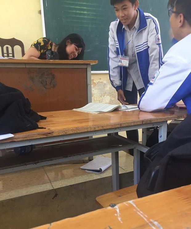 Gian lận khi đang làm bài tập trên bảng, học sinh thời nay có những chiêu trò đỉnh cao, thầy cô cũng phải bó tay - Ảnh 2.