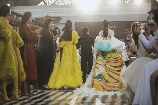 Tiểu Vy và Lương Thùy Linh song kiếm hợp bích, cùng catwalk khuấy đảo show của NTK Lê Thanh Hòa - Ảnh 6.