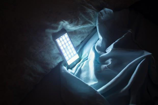Nhiều người thường hay đặt thứ này ở đầu giường nhưng không ngờ nó lại gây hại cho sức khỏe và tính mạng - Ảnh 1.