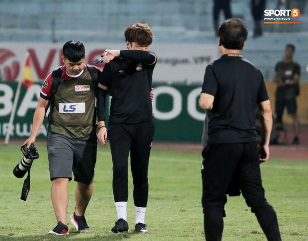 Trợ lý người Hàn Quốc khóc nức nở, không phục thất bại trước Hà Nội FC ở bán kết Cúp Quốc gia 2019 - Ảnh 1.