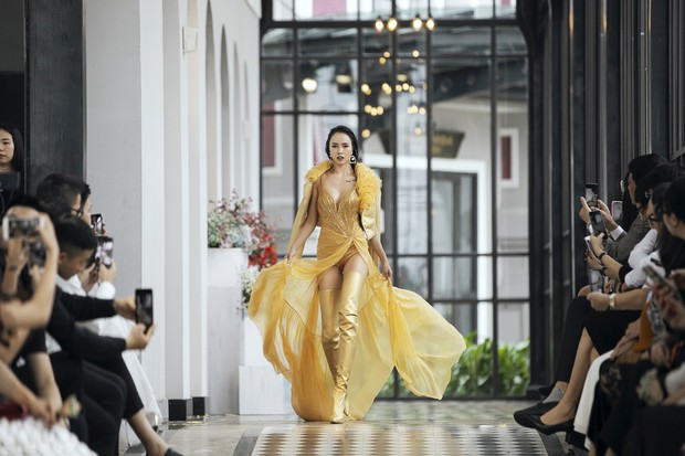 Tiểu Vy và Lương Thùy Linh song kiếm hợp bích, cùng catwalk khuấy đảo show của NTK Lê Thanh Hòa - Ảnh 9.