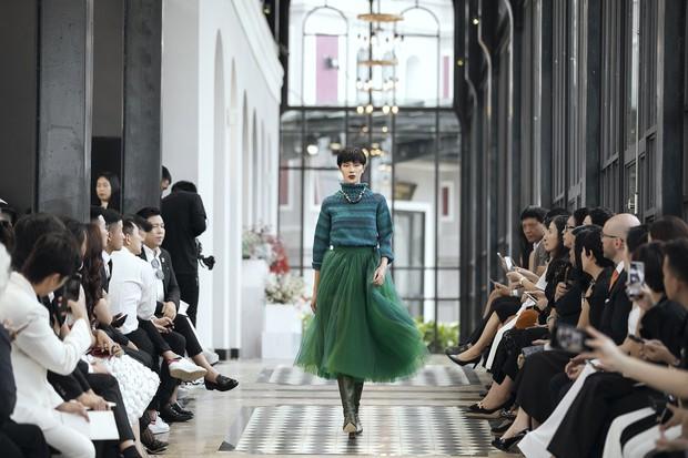 Tiểu Vy và Lương Thùy Linh song kiếm hợp bích, cùng catwalk khuấy đảo show của NTK Lê Thanh Hòa - Ảnh 12.